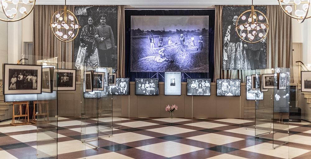 Widok na scenę z widowni w kinoteatrze Jutrzenka przedstawiający wystawę dawnych fotografii.
