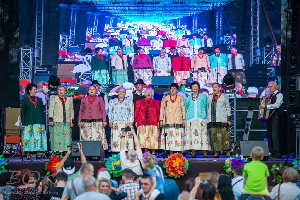 Zespół Nowobierunianki podczas występu w Noc Świętojańską